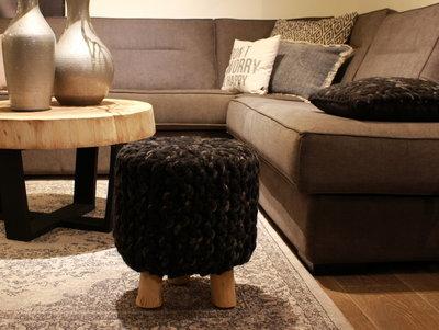 Krukje met gemeleerd antraciet-grijze wol gebreid